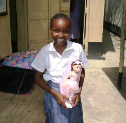 Esther is erg blij met haar pop